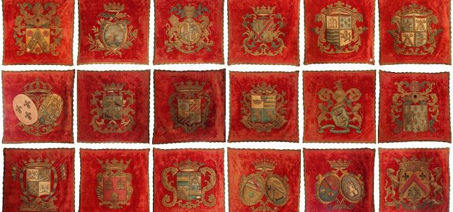 Rare suite de 18 blasons royaux au magasin d'antiquités
