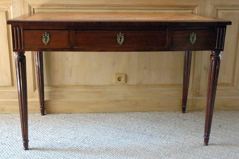 Bureau plat en acajou de cuba poque louis xvi for Les meubles a tiroirs plats
