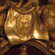 Christ en ivoire dans cadre en bois doré