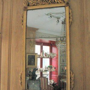 Glace élancée en bois doré d'époque Louis XVI