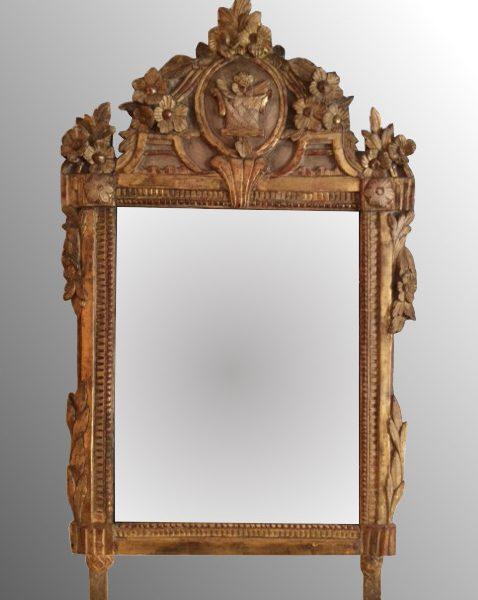 Glace en bois doré Louis XVI