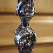 Paire de bougeoirs en bronze argenté style Louis XV