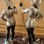Paire d'hallebardiers en bois sculpté et patiné