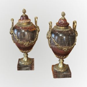 Paire de vases montés en pierre et bronze