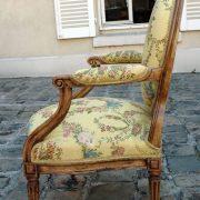 Paire de fauteuils en bois naturel ciré (noyer)