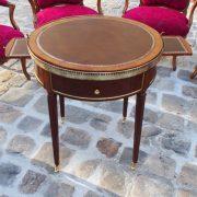 Table et chaises cour du Bailliage