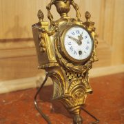 Très petit cartel Louis XVI en bronze ciselé et doré