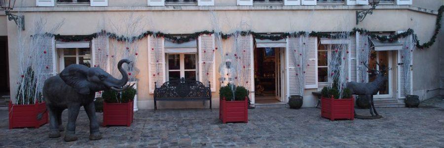 Ornements de noël dans la cour du Bailliage à Versailles