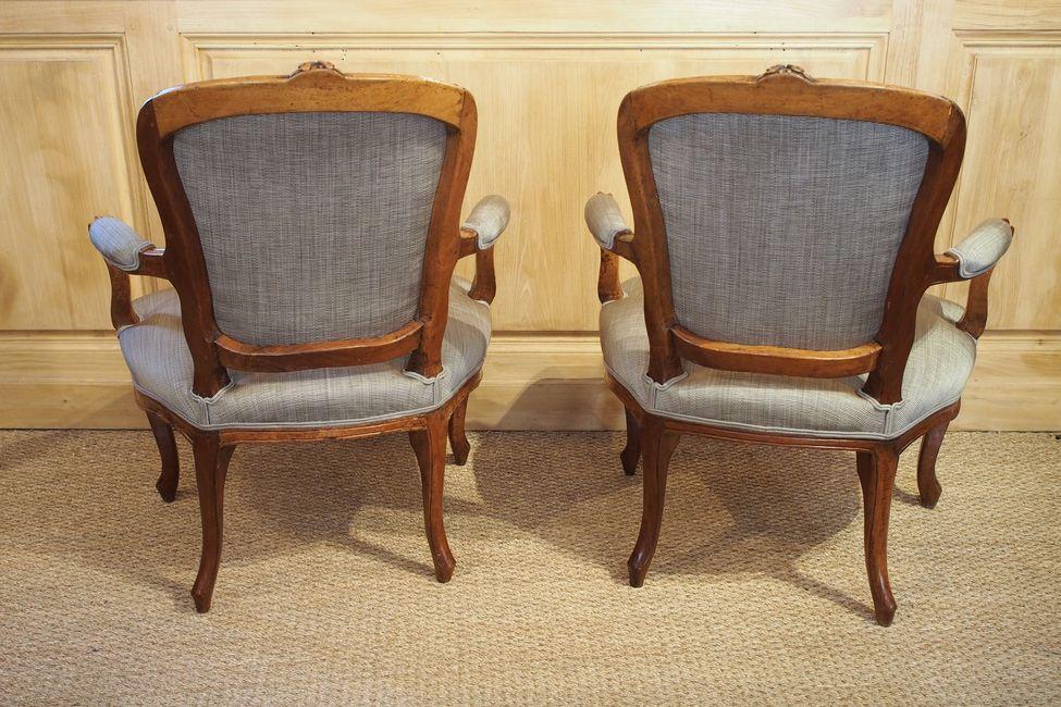 l gante paire de fauteuils en cabriolet d 39 poque louis xv. Black Bedroom Furniture Sets. Home Design Ideas