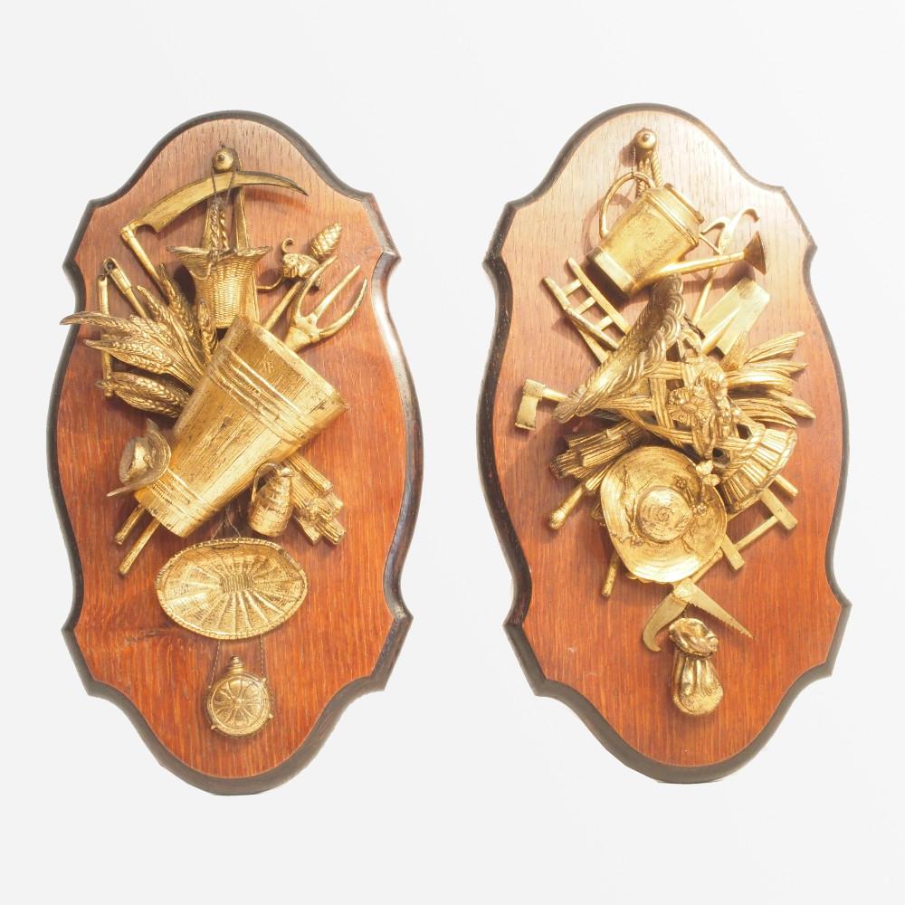 Paire de plaques d coratives aux d cors d 39 attributs de for Plaques decoratives murales