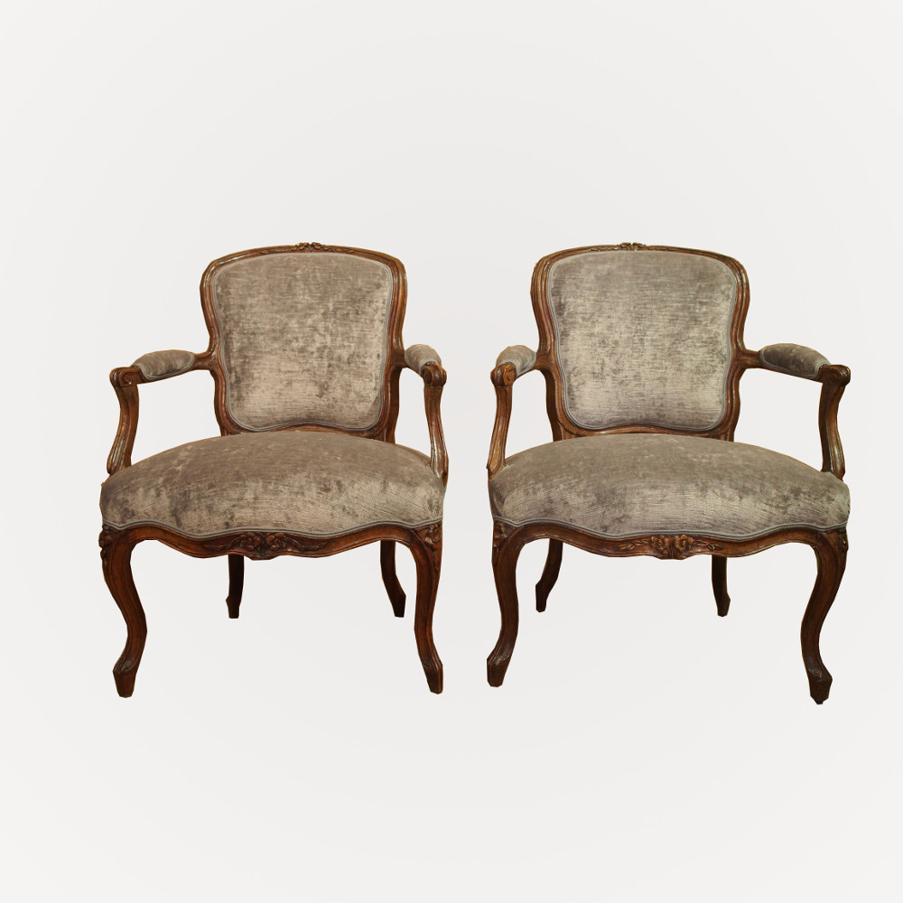 paire de fauteuils en cabriolet d 39 poque louis xv. Black Bedroom Furniture Sets. Home Design Ideas