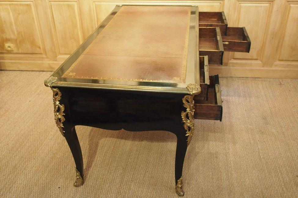 Grand bureau plat d époque louis xv à toutes faces en bois noirci