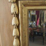 Grande glace d'époque Louis XVI en bois doré, dans sa dorure d'origine