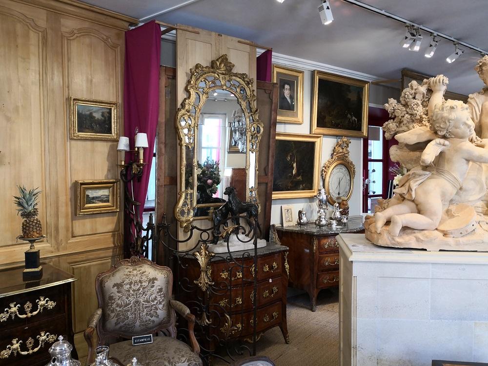Intérieur du magasin d'antiquités Octobre 2018