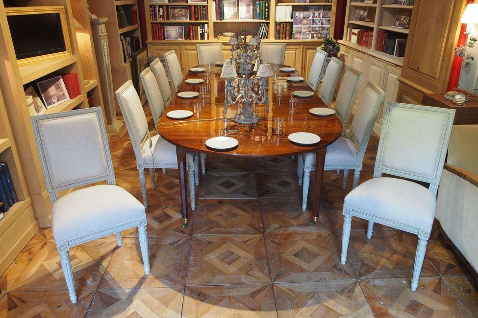 Table de salle à manger dans magasin d'antiquités
