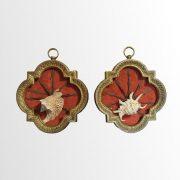 Flèches africaines et coquillages dans cadres en bronze doré
